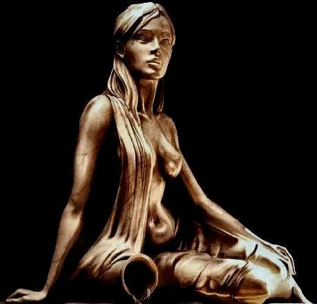 Frigg sittande staty